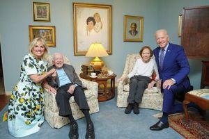 Bức ảnh gây xôn xao vì làm 'biến dạng' 2 cặp vợ chồng tổng thống