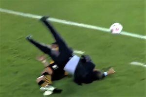 Cầu thủ khiến HLV đối phương ngã nhào
