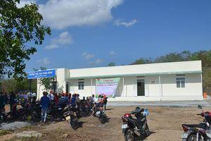 Trao tặng điểm trường – thư viện La Bá do Báo Nhân Dân vận động tài trợ