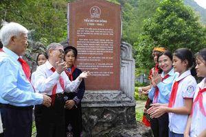 'Cha đẻ' phong trào Nghìn việc tốt đeo khăn quàng đỏ, tặng thơ thiếu nhi