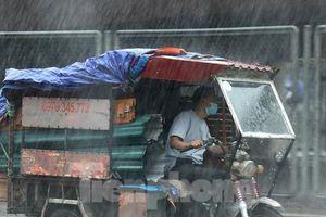 Hà Nội mưa dông trắng trời, nội thành cảnh báo ngập lụt
