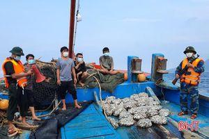 Bắt tàu giã cào của Quảng Ngãi khai thác hải sản sai vùng quy định ở Hà Tĩnh