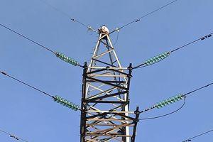 Nghẹt thở giải cứu cô gái ngồi trên ngọn trụ điện cao thế