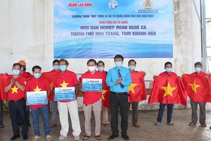Trao 4.000 lá cờ tổ quốc cho ngư dân
