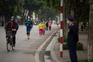 Người dân Hà Nội tạm dừng tập thể dục tại khu vực công cộng, vườn hoa, công viên