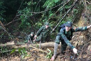 Bộ đội băng rừng, lội suối tạo 'lá chắn thép' ngăn COVID-19 ở vùng biên