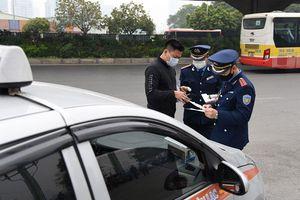 Hà Nội: Xử phạt hàng trăm xe taxi vi phạm trật tự an toàn giao thông