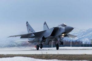 Tiêm kích MiG-31 Nga giám sát máy bay quân sự Mỹ