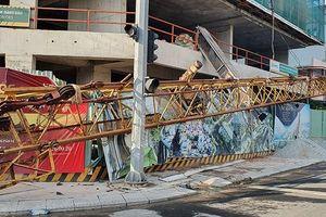 Tuy Hòa: Cần cẩu hơn 20 m rơi từ tầng 20, dân hú vía