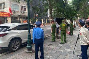 Hà Nội: Xử lý nghiêm tài xế xe Lexus để biển ra vào Bộ Công an dừng đỗ sai quy định