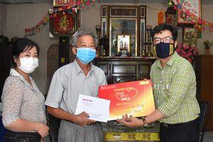 'Mai Vàng nhân ái' thăm Nghệ nhân Nhân dân Út Tỵ và NSƯT Xuân Quan