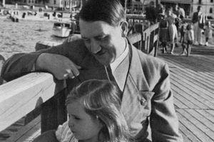 Biểu cảm 'lạ' của trùm phát xít Hitler chụp ảnh với trẻ em