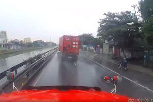 Xe container mất lái, liên tục 'uốn lượn' rồi đâm vào dải phân cách