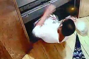 Bé trai bước vào thang máy rồi đột ngột 'biến mất', người nhà khóc ngất, đau đớn xem lại hình ảnh hiện trường