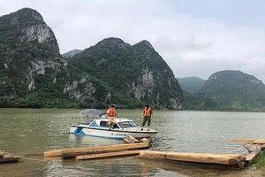 Bắt giữ thuyền chở gỗ lậu trên tuyến sông Gianh
