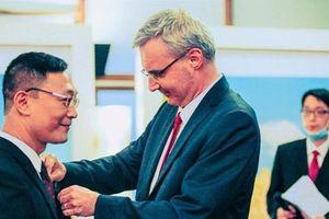 TS Trần Văn Công được Pháp trao Huân chương Hiệp sĩ Nghệ thuật và Văn học