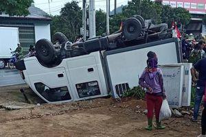 Khoảnh khắc xe ô tô lật ngửa khi vào cua ở Sơn La