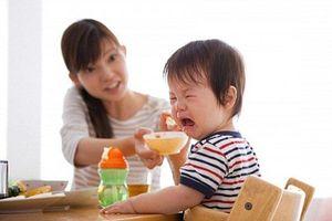 Nháo nhào cho con đi khám dinh dưỡng, bà mẹ bật khóc trước lời khuyên của bác sĩ: Hãy cho con nhịn đói!
