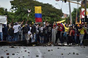 An ninh Colombia hứng mưa gạch đá trong các cuộc biểu tình chết chóc
