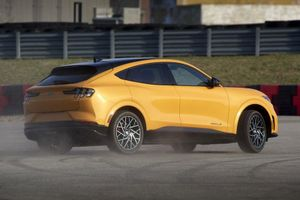 Ford Mustang Mach-E GT: Công suất 480 mã lực, giá từ 59.900 USD