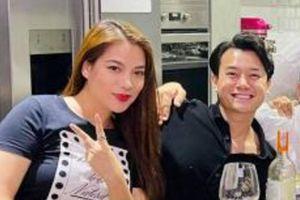 Trương Ngọc Ánh lộ vóc dáng mũm mĩm 'đô con' khi ngồi cạnh tình trẻ kém 14 tuổi