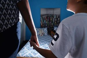 Bị anh trai ruột cưỡng bức từ bé, người phụ nữ có hành động ngu muội với con trai sau nhiều năm ôm hận