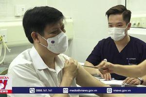 Bộ trưởng Bộ Y tế tiêm vaccine COVID-19