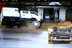 Xe chuyên chở phạm nhân gặp nạn khiến 2 người bị thương