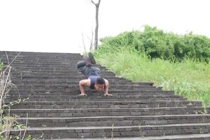 Đầu bếp trình diễn 'kungfu bọ cạp' đi bậc thang bằng 2 tay