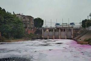 Kinh hoàng màu nước thải qua cống tiêu Đặng Xá đổ ra sông Cầu