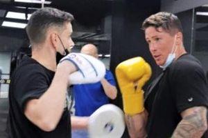 Torres tập võ cùng cựu vô địch thế giới