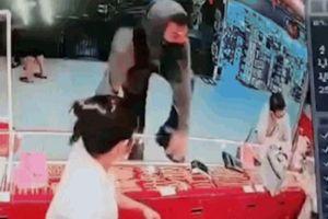 Thanh niên mang súng cướp dây chuyền 700 triệu đồng trong tiệm vàng
