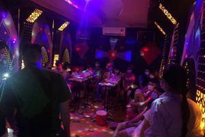 Bất chấp lệnh cấm, hàng chục nam nữ thanh niên tổ chức 'tiệc ma túy' trong quán hát