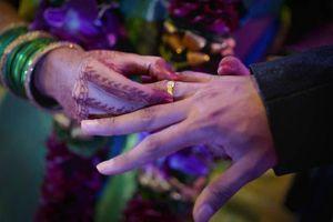 Người đàn ông giúp vợ kết hôn với... người tình