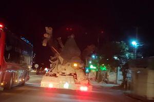 CSGT Hà Tĩnh chặn đứng xe chở cây khủng như 'quái thú' băng băng trên QL1A
