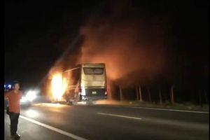 Đắk Nông: Xe khách bất ngờ bốc cháy trong đêm