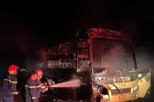 Xe khách cháy trơ khung, nhiều hành khách may mắn thoát nạn