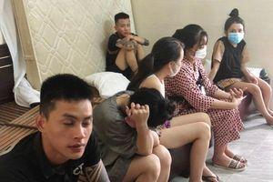 Bất chấp dịch, 12 nam nữ mua ma túy vào khách sạn mở tiệc