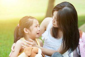 Vì sao trẻ hay nhõng nhẽo khi có mẹ bên cạnh?