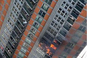 Cháy chung cư cao cấp 19 tầng ở London, cư dân ngửi thấy khói mới biết