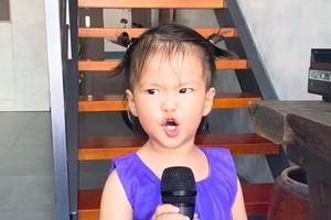 Con gái Lê Phương 'gân cổ' hát như ca sĩ chuyện nghiệp, ai nhìn cũng cưng