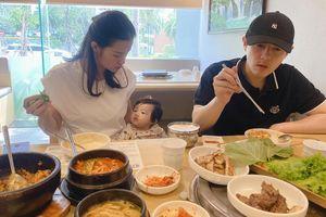 Gia đình Đông Nhi đi ăn trưa, Winnie bị 'phê bình' vì... gây mất tập trung