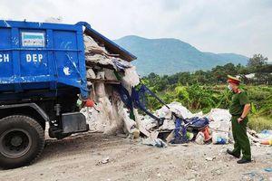 Bắt quả tang xe tải đổ rác thải xây dựng trái phép