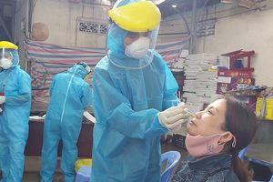 Lấy mẫu xét nghiệm cho gần 750 tiểu thương và nhân viên chợ Đống Đa, Đà Nẵng