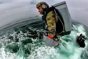 'Người bay' thủy quân lục chiến Anh đổ bộ lên tàu chiến