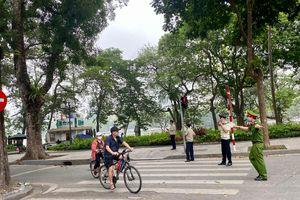 Duy trì lực lượng nhắc nhở người dân tập thể dục sớm quanh hồ Hoàn Kiếm