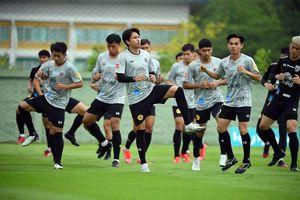 Đội tuyển Thái Lan đội mưa rèn thể lực trước khi sang UAE