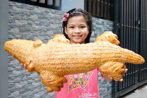 Bánh mì cá sấu khổng lồ độc đáo ở TP.HCM