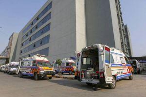 Bức ảnh hàng chục xe cứu thương nằm không ở Ấn Độ gây tranh cãi