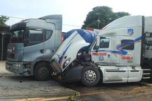 Hà Tĩnh: Hai xe đầu kéo va quệt, dính chặt vào nhau giữa quốc lộ